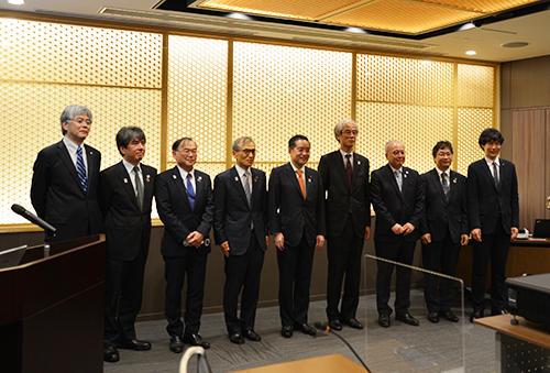 井上国際博覧会担当大臣らが大阪大学に来訪