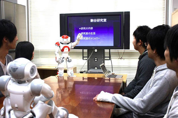 複数の参加者と話す音声対話ロボット